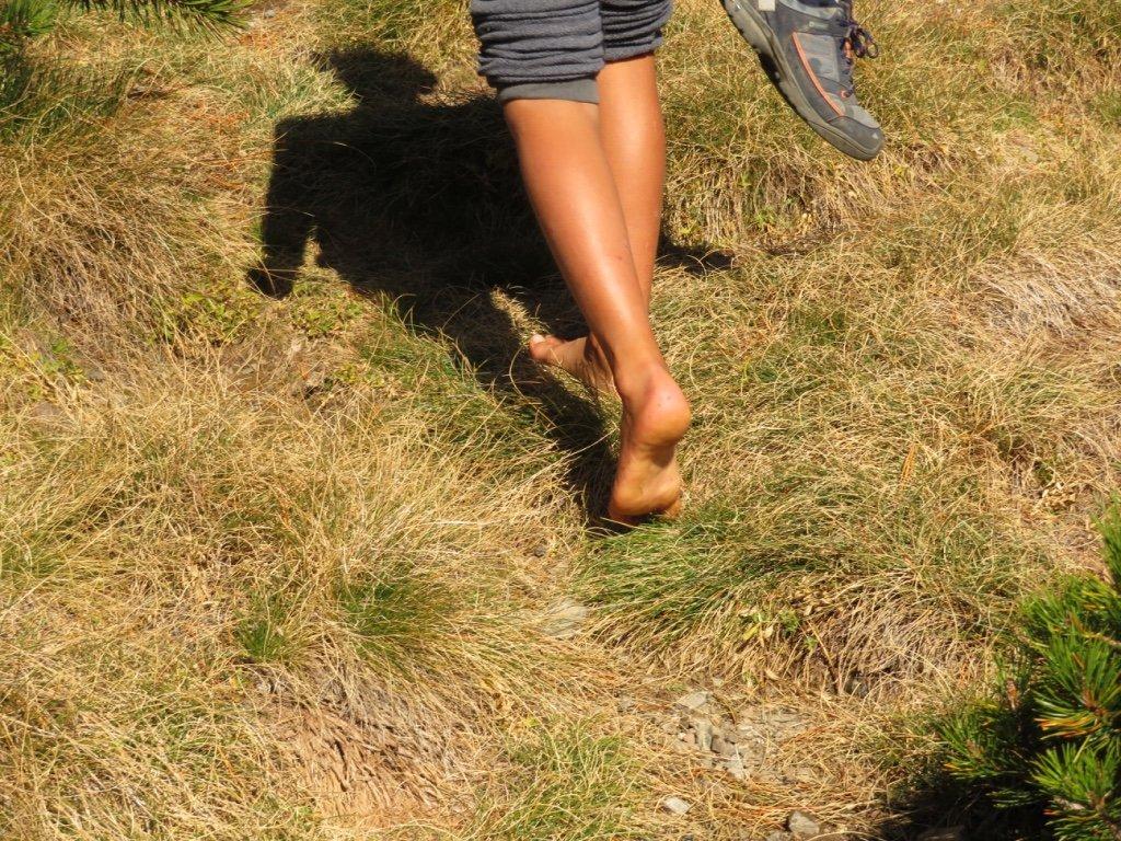 andando descalzo por la naturaleza