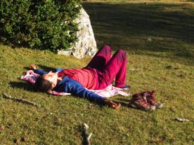 peregrina descansando en el camino