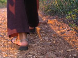 pies descalzon andando en la madre tierra